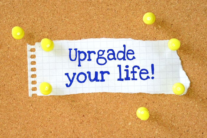 """Upgrade your life"" written on piece of paper on pin board - but ""upgrade"" is misspelt"